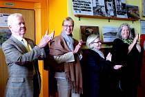 Čtveřice velvyslanců (zleva) J. E. Christian Hoppe (Dánsko), J. E. Siri Ellen Sletner (Norsko), J. E. Helena Tuuri (Finsko) a J. E. Annika Jagander (Švédsko) ocenila potleskem přivítání v poběžovické škole, jež pro ně připravil pěvecký sbor Červánek.