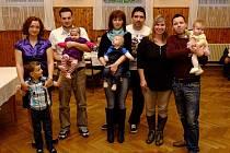 DÍLŠTÍ NOVÍ OBČÁNCI . Zleva je s rodiči a bráškou Deniska Krutinová, uprostřed Vojtík Škopek a vpravo pak Stelinka Bernardová.