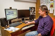 Promítač Miroslav Císler si nyní většinu práce odbude u počítače. Dva modré stavové řádky s hodnotou 93% na monitoru mu ukazují, že právě promítaný film Nic nás nerozdělí je již téměř u konce.