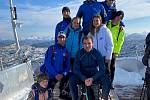 Trenér David Sekerák (nahoře vlevo) se svými svěřenci v rakouských horách.