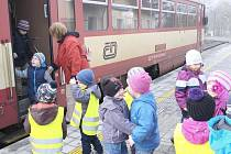 Na zastávce v Domažlicích pomáhá ředitelka Mateřské školy Babylon Zdeňka Stauberová vystoupit svým svěřencům z vlaku. Spoj, kterým učitelky a děti jezdily po návštěvě chodské metropole zpět, byl zrušen, a musejí si proto objednávat zvláštní autobus.