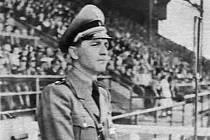 HJ-Hauptbannführer Siegfried Zoglmann  přihlíží roku 1941 na sportovní soutěži Hitlerovy mládeže v Moravské Ostravě.