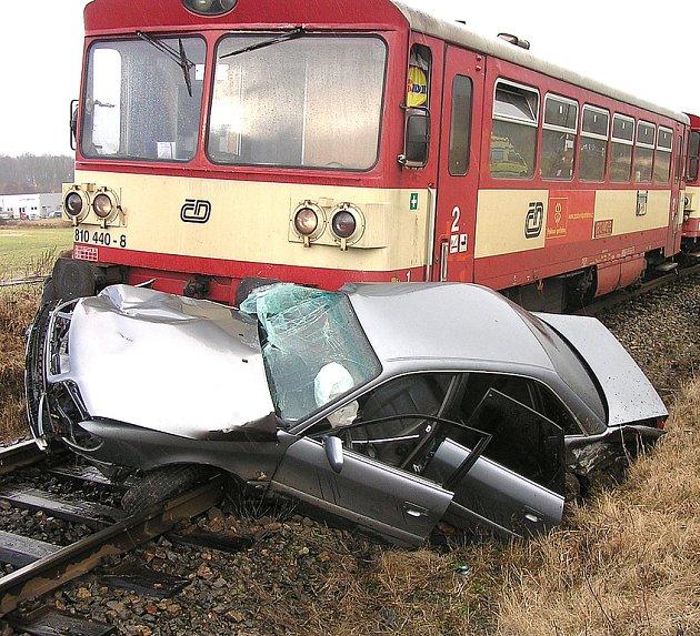 Vlak tlačil automobil šedesát metrů.
