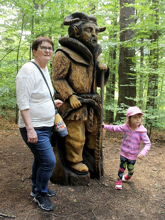 Autorem dvoumetrové sochy čerta je Radek Pučelík. Na slavnostní odhalení díla dorazily desítky lidí.