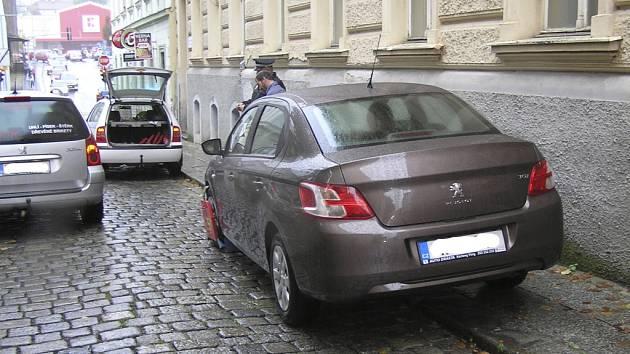 Parkování na chodníku v ulici Boženy Němcové.