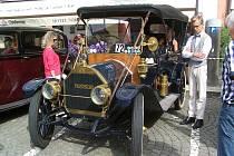 Ozdobou domažlické veteránské jízdy byl tento 110 let starý vůz americké značky Hudson.
