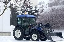 Traktor T 3030 New Holland  koupili Koutští hlavně na práci v lese. Poslouží však i  k úklidu v obci.