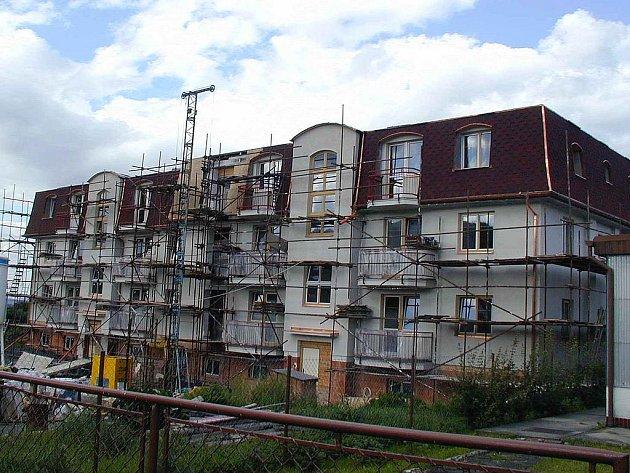 Ze stavby bytovky v Chodově.
