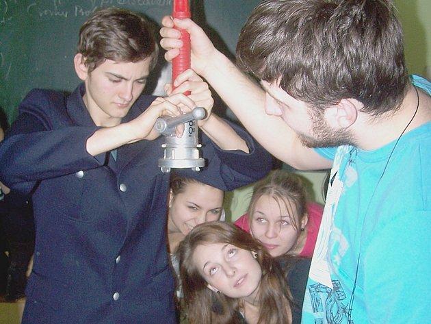 ZÁVĚREČNÁ SCÉNA chystaného studentského představení bude věnována úspěšné spolupráci českých a bavorských hasičů.