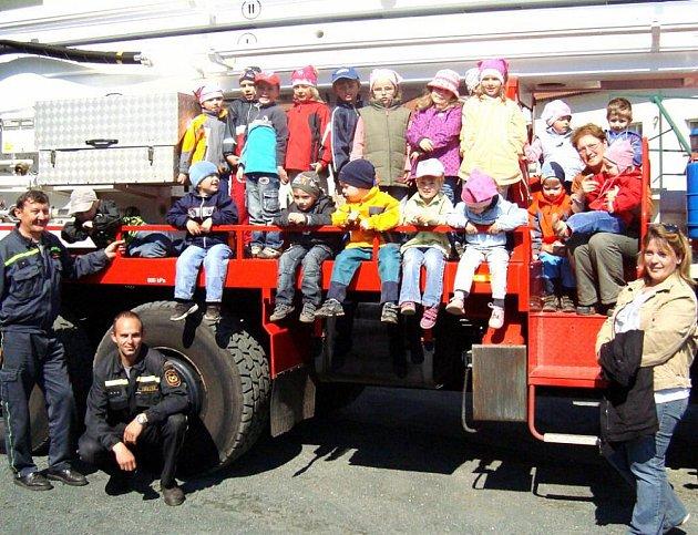 Návštěvu  u domažlických hasičů si děti z Chodské Lhoty pořádně užily.