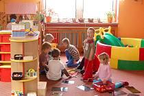 ČEKÁ JE VELKÉ PŘEKVAPENÍ.  Děti, které navštěvují Mateřskou školu v Zahořanech,,ještě netuší, co nového na ně po prázdninách ve školce čeká.