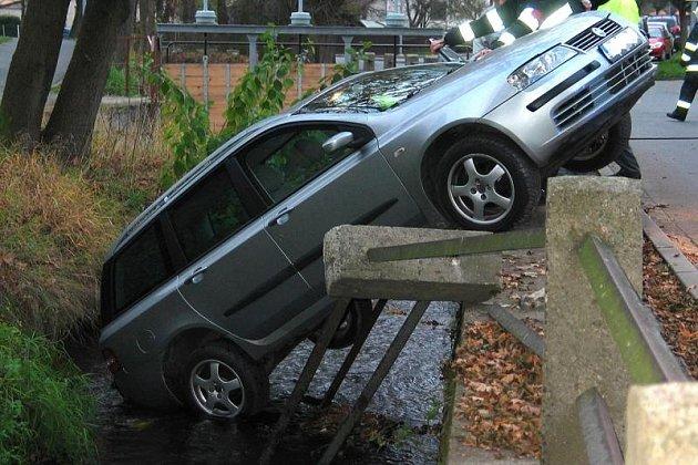 Z MÍSTA NEHODY. Špatně zaparkovaný vůz prolomil zábradlí a ze Zubřiny dostal Fiat až jeřáb.