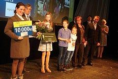 Michaela Kodadová přebírá ocenění v soutěži Farma roku 2015.