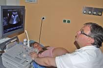 Nový ultrazvuk bude používán ke všem detailnějším vyšetřením plodu. Má podstatně kvalitnější obraz včetně 4D. Vyšetření budou spolehlivější a pro plod příjemnější.