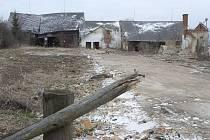 V těchto místech stával ve Starci kravín. Nyní zde vyroste nové víceúčelové hřiště.