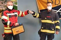 Zástupce hasičů z Kümmersbrucku Markus Leitl a zástupce holýšovských hasičů Jiří Engel při předání.