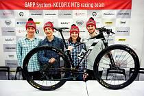 S novým týmem cyklista Lukáš Kobes (první zprava) zažil i oficiální tiskovku.