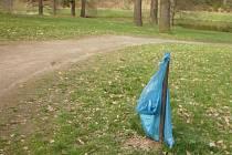 Ukradené koše v zámeckém parku nahradily pouhé pytle na odpadky.