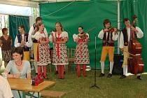 Součástí sobotního srazu rodáků v obci Pelechy bylo i vystoupení souboru Mráček.