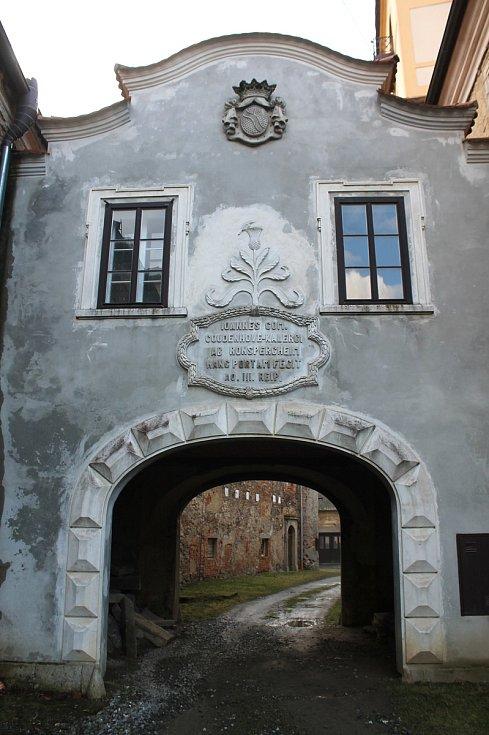 Sídlo Švamberků a místo narození Jana Jiřího - zámek v Poběžovicích. Ten dnes potřebuje kompletní opravu. Rekonstrukce začne snad už příští rok, a to opravou střechy.