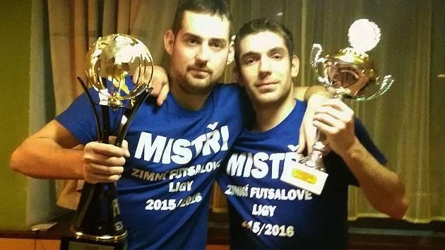 OSLAVA TITULU. K titulu za vítězství v prvním ročníku přidali hráči RSC druhý, když vyhráli třetí ročník zimní ligy ve futsalu. Na snímku Martin Hlaváček a Martin Wolf.