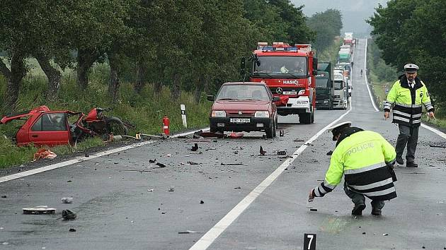 SMRTELNÁ NEHODA U KŘENOV. Osobní vůz řízený osmadvacetiletou řidičkou vjel 24. června 2009 dopoledne u Křenov při jízdě ve směru od Staňkova náhle do protisměru, kde se střetl s kamionem.