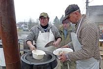 HODY V SRBECH. Kromě dalších nadšenců je připravovali hlavně dva Jirkové – starosta obce Jiří Šimek a kuchař Jiří Vondraš.