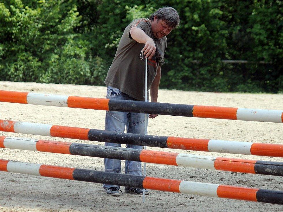 Jezdecké hobby závody na kolbišti pod Vavřincem v Domažlicích. Prezident TJ Start Domažlice Oldřich Königsmark měří výšku překážek před další soutěží.
