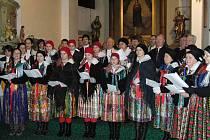 NÁRODOPISNÝ SOUBOR POSTŘEKOV. Tradičně vystupuje v předvánočním čase nejen v Postřekově. Snímek je z loňského Vánočního koncertu s Haltravanem v trhanovském kostele.