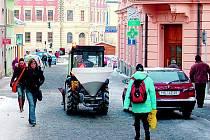 KOSTELNÍ ULICE V CENTRU DOMAŽLIC. Vozovku už teď využívají hlavně chodci.