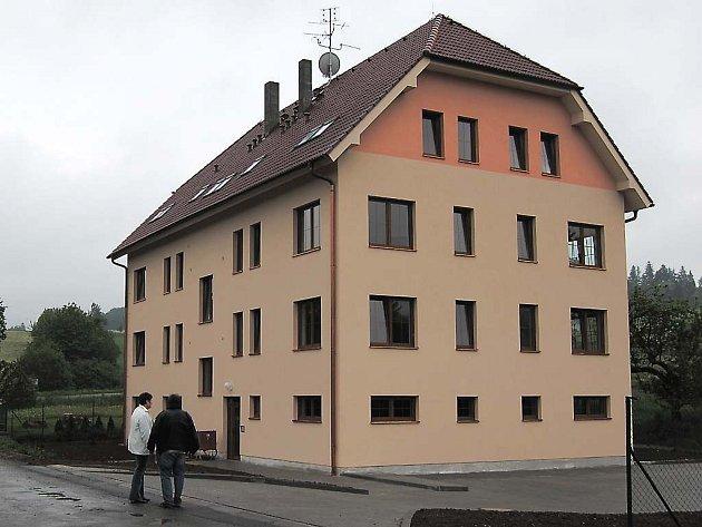 Stavba bytovky se kvůli krachu Stavebního podniku Klatovy zpozdila o více jak půl roku.