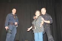 Policisté učili seniorky sebeobraně.