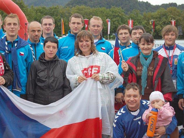 S českými fanoušky a rodinou v Salzburgu. Ředitel školy Vladimír Foist se na snímku nachází vpravo dole.