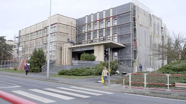 Zateplení budovy městského úřadu v Domažlicích by měla Firma Miras – stavitelství a sanace dokončit příští měsíc.