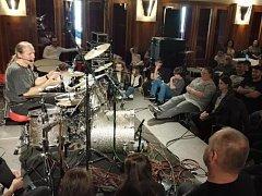 Klaudius Kryšpín (vlevo) předával zkušenosti mladým bubeníkům na workshopu v Domažlicích.
