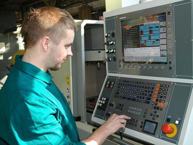STUDENTI SOU DOMAŽLICE USPĚLI V PRAZE. Martin Stahl (na snímku) a Stanislav Raindl úspěšně reprezentovali domažlické učilištěna celostátní soutěži v NC programování.