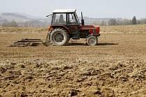 Traktor brázdící pole nedaleko Mrákova.