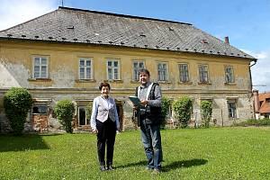 Někdejší farní zázemí chce obce předělat na byty. Na snímku je starosta Bohuš Havlovic a Anna Váchalová.