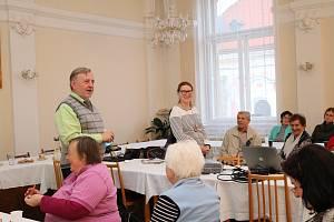 V zasedací místnosti radnice se sešlo téměř čtyřicet účastníků Seniorské akademie.