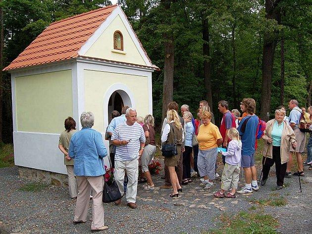 V lese u Horní Kamenice byl o víkendu rušno. Na křest nově opravené kapličky na Výtůni se přišlo podívat několik desítek lidí.