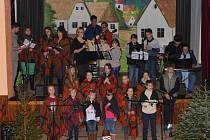 Tradiční vánoční koledování v Tlumačově se kvůli počasí muselo přesunout do místního sálu kulturního domu.