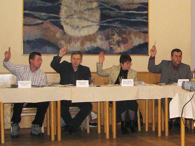 Pro rozpočet hlasovali všichni přítomní domažličtí zastupitelé. Zleva při hlasování Pavel Zeman, Karel Štípek, Libuše Matějková a starosta Domažlic Miroslav Mach.