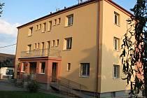Zrenovovaná obecní budova v Mrákově, kde sídlí nejen úřad a pošta, ale ve vrchních patrech jsou také byty.