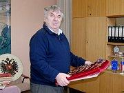 FRANTIŠEK FRIŠ nám kdysi ve své kanceláři ukázal část své sbírky, na niž byl pyšný.