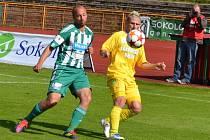 Marián Geňo přebírá míč před Pavlem Drskem.
