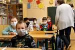Děti se vrátily do lavic. Na snímcích jsou žáci z Nové školy v Domažlicích. U vstupu si vydezinfikovali ruce, pak je čekalo testování. Při odběrech pomáhali kantoři i asistenti pedagoga. U prvňáků a druháků se zapojili také rodiče.