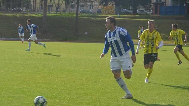 Fotbalista Jiskry Domažlice Petr Došlý (vepředu v modrém v utkání Memoriálu Matěje Strejčka s Přešticemi) se po předposledním kole turnaje dělí se šesti vstřelenými góly  o post nejlepšího střelce.