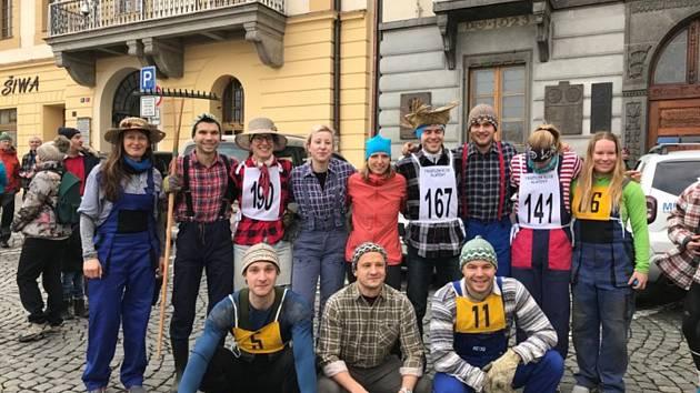 """Domažličtí běžci tentokrát na Štěpánskou koledu v převlecích nevyrazili. To klatovští tradici zachovali a startovali při letošním Vánočním běhu v """"agrostylu""""."""
