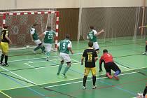 Míč v bráně týmu FC Kozí Doly Hříchovice (zelené dresy) skončil za šest zápasů nové sezony Krajského přeboru už dvaašedesátkrát.
