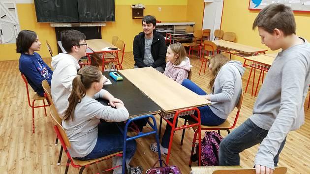 Staňkovská základní škola s žákovským parlamentem ve společnosti Josefa Haise z Arcidiecézní charity Praha